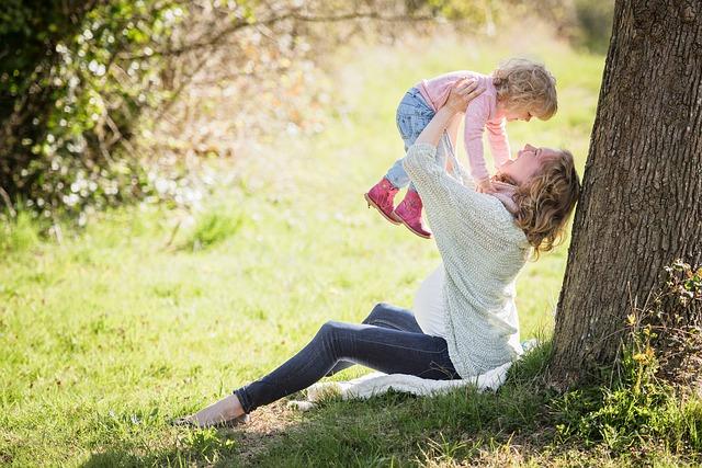 公園の女性と赤ちゃん