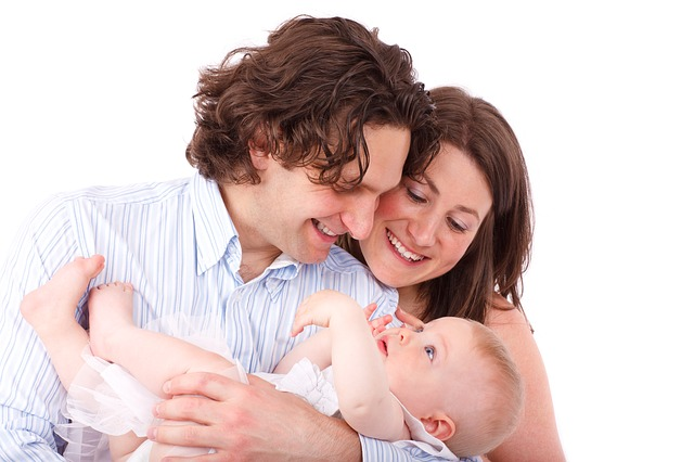 赤ちゃんを抱くパパとママ